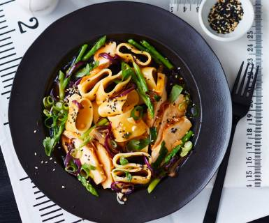 Pasta Garofalo - Garofalo Calamarata Stir Fry mit Hühnchen, Koriander, Minze und Thai Spargel