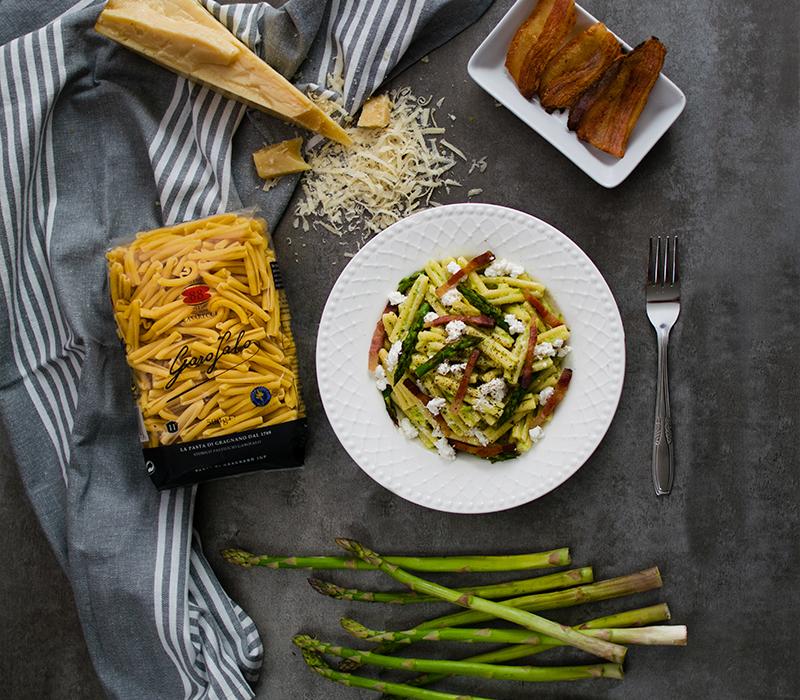 Pasta Garofalo - Casarecce con crema de espárragos, panceta crujiente y ricota salada