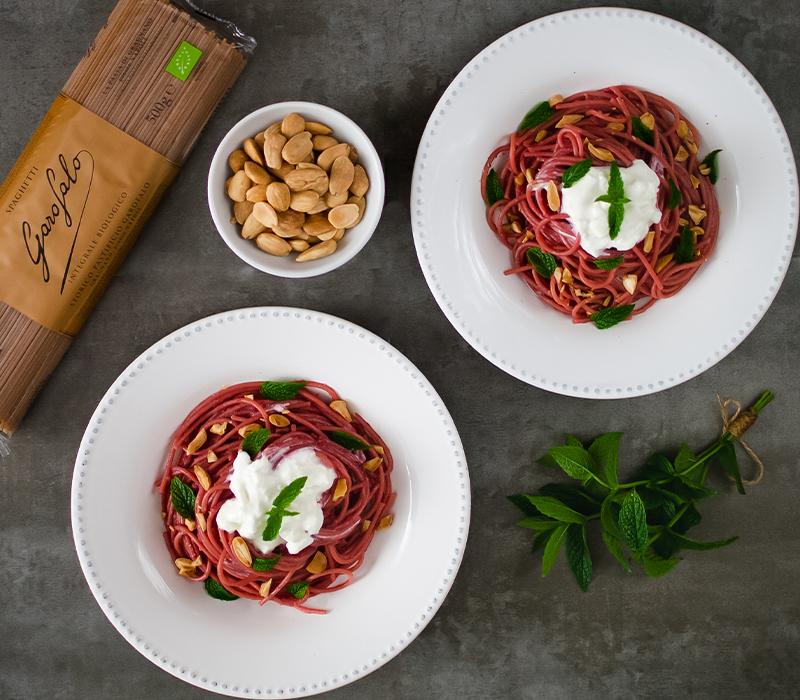 Pasta Garofalo - Spaghetti con crema de remolacha, burrata, almendras tostadas y menta